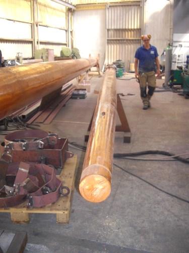 Hier ligt de fokkera (rechts) naast de ondermast van de grote mast!