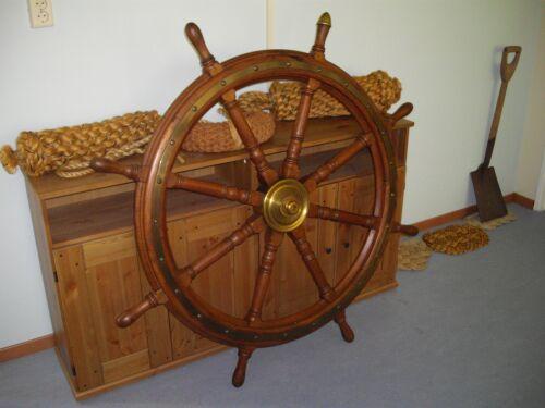 """Het stuurwiel van Hr.Ms.""""Flores"""", dat model staat voor de stuurwielen van Zr.Ms.""""Bonaire""""."""
